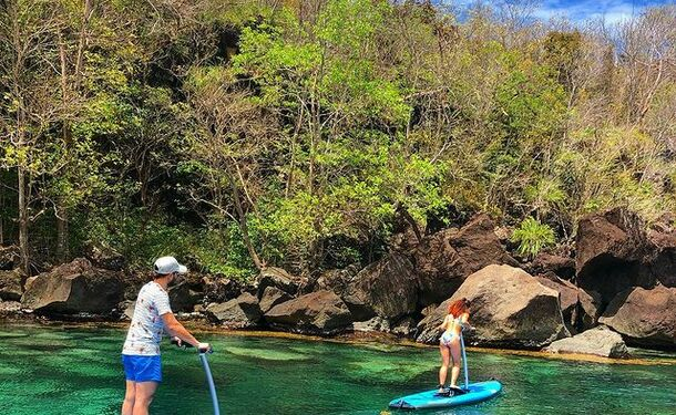 Step paddle sur une eau translucide