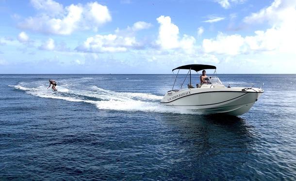 Location d'un bateau à moteur au style sportif
