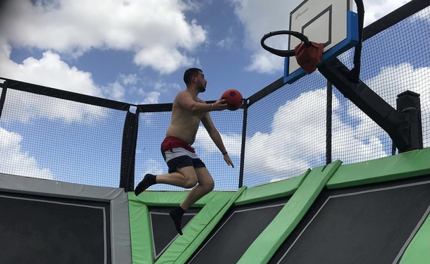 Dunks sur trampoline et Basket-ball acrobatique